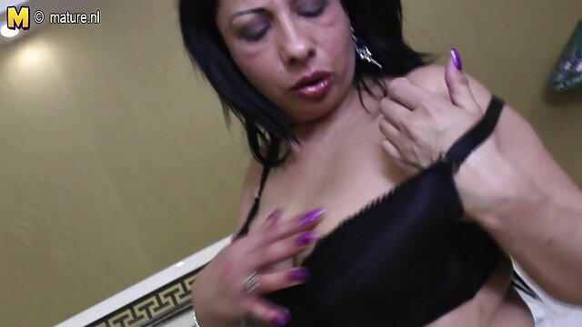 A milf morena masturba-se em lingerie vintage com costura de nylon e estiletes. video se sexo gratis